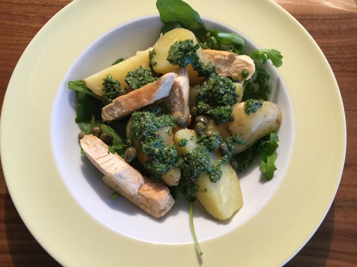 Kartoffelsalat mit Hühnchen und Salsa verde