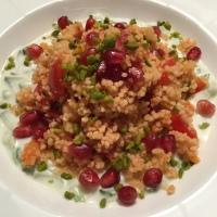 Tomaten-Couscous mit Joghurt-Minz-Sauce